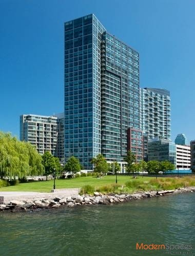 ONE BR WATERFRONT HIGH-RISE ~ TRENDY LIC ~ NO FEE!!!
