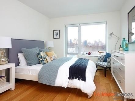 *One bedroom, Balcony*Gym*Doorman* 5 minutes to Manhattan!